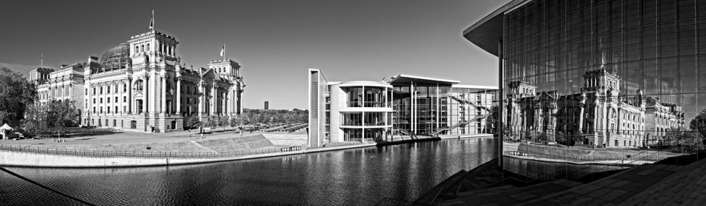Das Reichstagsgebäude und das Bundeskanzleramt in Berlin.