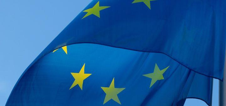 Die EU-Flagge im Wind.